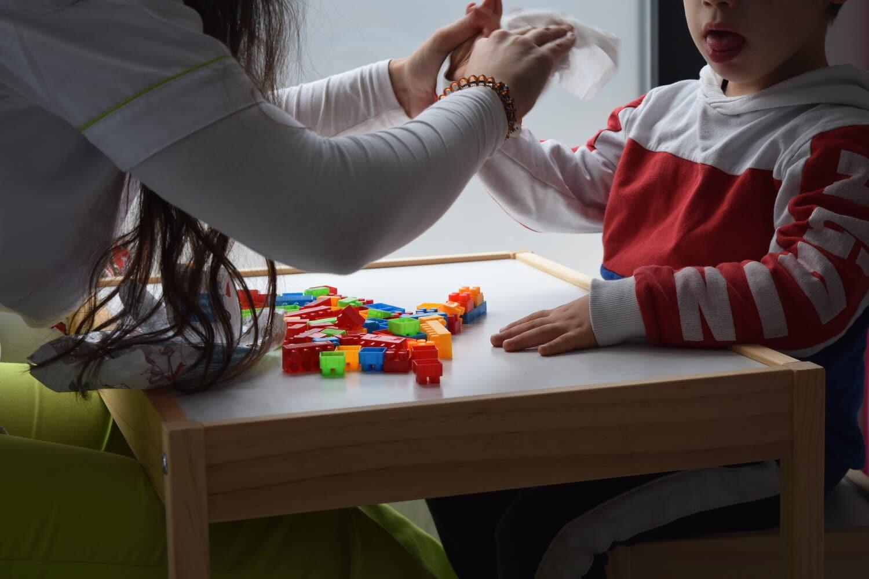 Criança fala bem mas escreve com muitos erros. Terapia da fala ajuda?